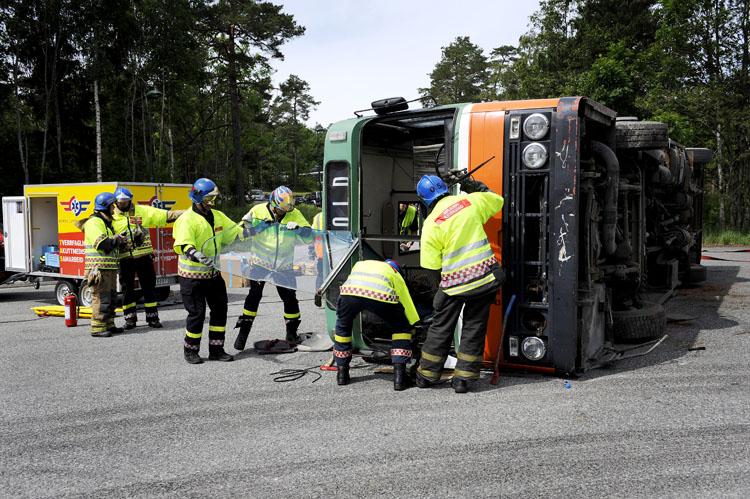 Brannvesenet fjerne frontruta på bussen for å få plass til å hente ut de skadede passasjerene.