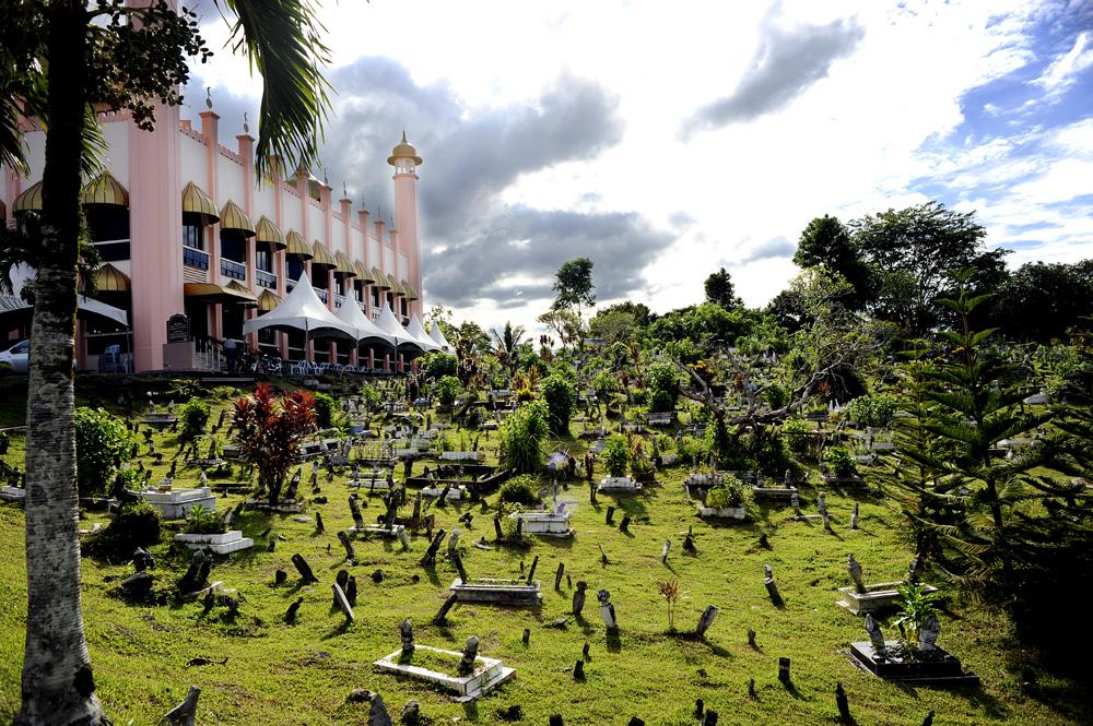 Tror dette er den eldste moskeen i Kuching. Muslimsk gravplass.