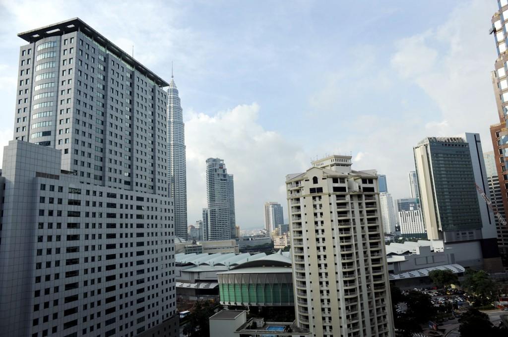 Utsikten fra hotellrommet vårt. Til venstra, delvis skult av den store bygningen ser dere et av Petrona tårnene som en gang verdens høyeste bygg.
