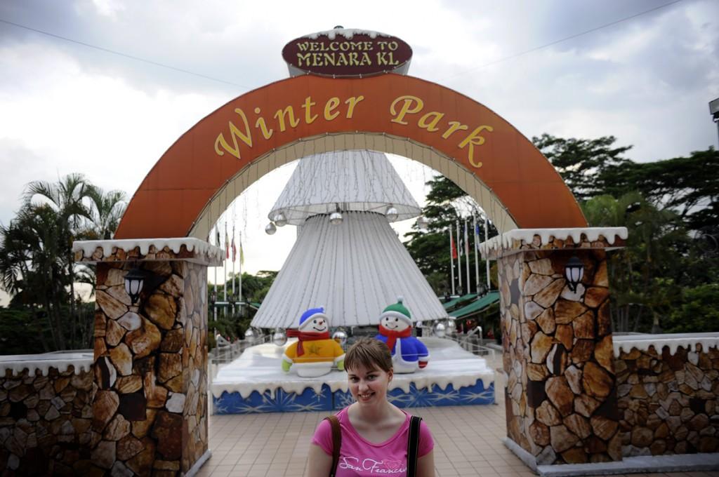 Billetten til KL Tower gav oss også tilgang til KL Winter Park. Fantastisk dårlig park. Men folka i KL har vel ikke sett snø før, så hard hvit plast er vel godt nok :-)