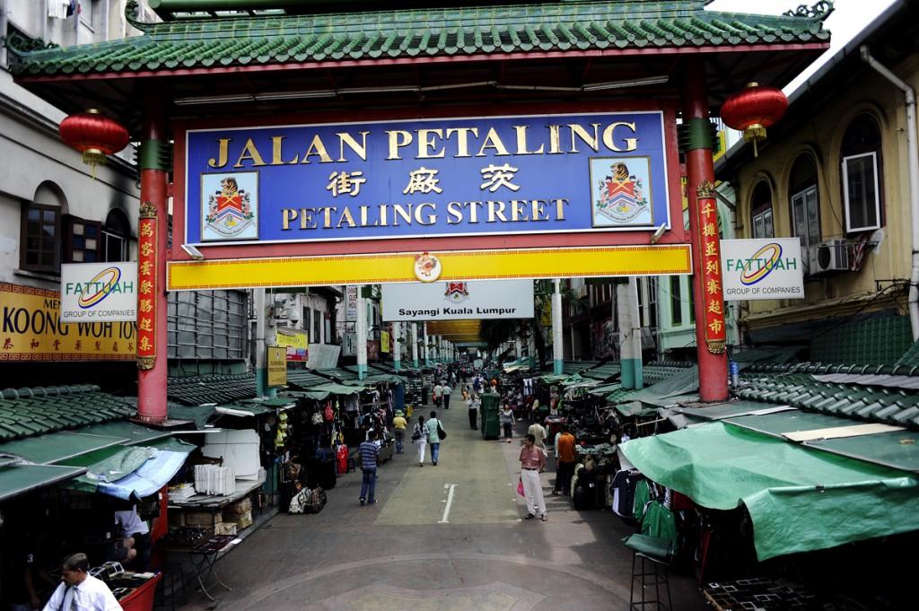 Chinatown i KL. Kommer flere bilder herfra seinere, men pga treig og ustabilt nett må det vente litt. Veldig masse folk, og masse masse fake stæsh å få kjøpt. Vi besøkte også et buddhistisk tempel.