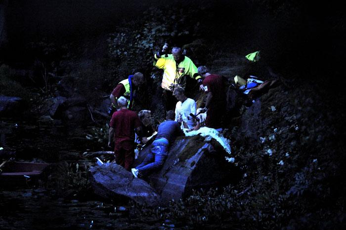 En person falt 10-13 meter ned en skrent og skadet seg stygt. redningsmanskaper toks eg ned til den skadede personen, men arbeidsforholdene var vanskelige og personen hardt skadet. De måtte tilkalle et SeaKing helikopter.