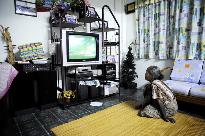 Tilbake i Marudi ble vi invitert hjem til Jok. Her er gamlemor fra Sungai Keluan på besøk. Helt oppslukt i tv og animal planet.
