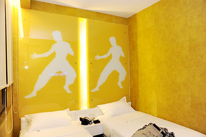 Vi bor på Hotel Re!. Noen mener at hotellet minner om noe fra en Austin Power film, og det gjør kanskje det. Dette er fra rommet vårt. Rommet er gult, oransje, blått, rosa, og badet er lagt med gullfliser som ser ut som noe billig bling-bling. Men artig er det!