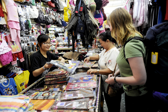 Before going out in the rainforest we had to buy things for the stay. Here is Minah, Joks wife helping us to buy sarongs.