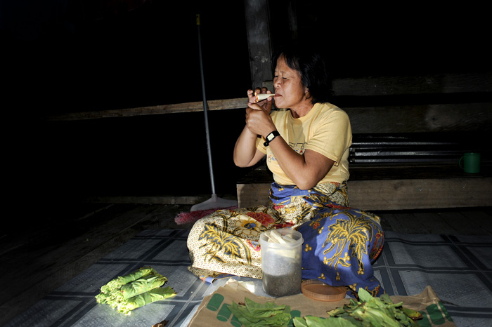 Mujan is rolling tobacco leaves. She also likes a good sigarett, or cowboy sigarett that Wan called it.