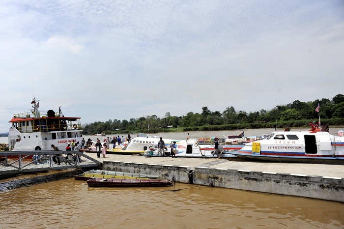 This is the espressboats we had to take. The first one from Miri to Marudi tok about 3 hours, the next from Marudi to Long Lama tok also about 3 hours.