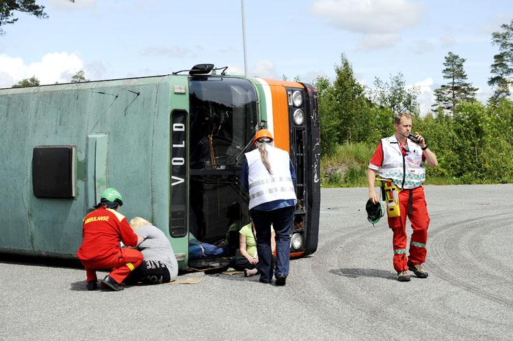 Første ambulansen på stedet for et kjapt overblikk og melder tilbake at det må kjøres full alarm.