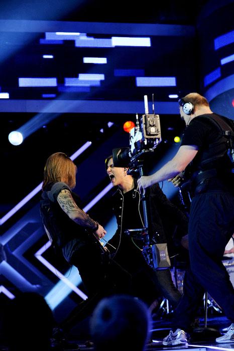 Atle synger og kameraten Robin er med på scenen med gitaren sin.