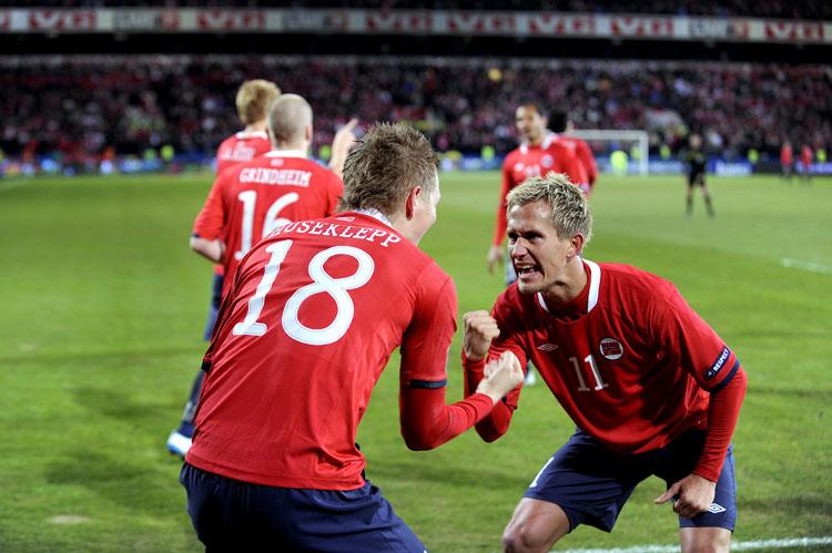 Og så kommer Morten Gamst Pedersen og sammen med Huseklepp har de et heia-rop/dans?