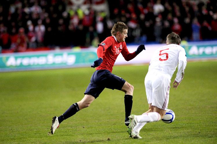 Erik Huseklepp får ballen og løper målrettet mot målet til danskene.
