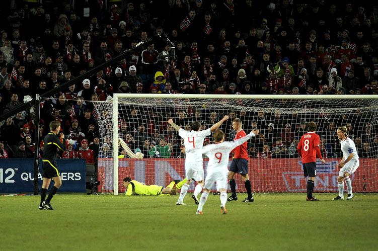 Danskene ser lærkula treffe nettmaskene og kan trygt juble for 1-0 ledelse.