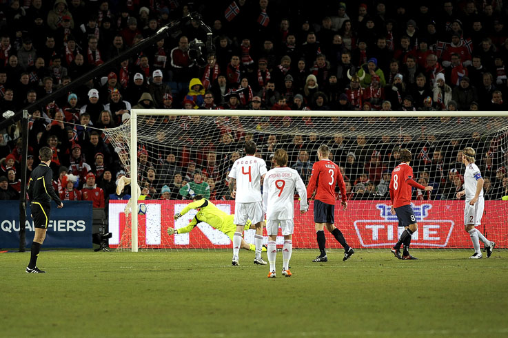 Danskene får en sjanse og ballen suser mot nettet og Jarstein greier ikke å ta ballen.