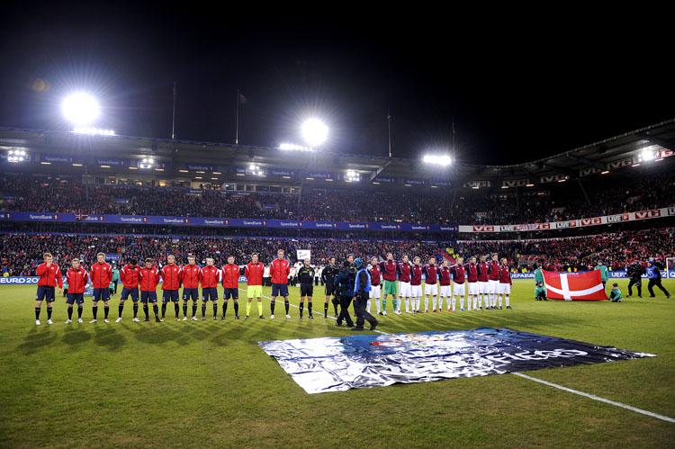 Her spilles og synges nasjonalsangene. Det var fullstappet på stadion, og rundt 25 000 fotballfans koste seg.