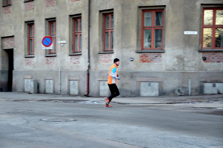Oslo 12.01.2013. Jogger krysser waldemar thranes gate. FOTO: JOAKIM S. ENGER
