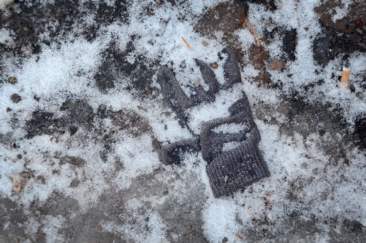 Oslo 12.01.2013. Hanske/vante frosset fast pΠbakken. FOTO: JOAKIM S. ENGER
