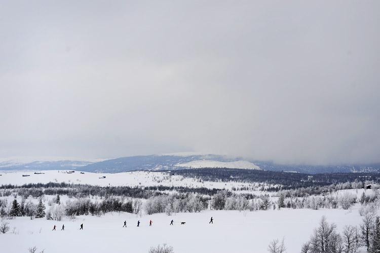 Skitur hører med til påsketur til fjells. Utsikt mot Nystølen (Syni mot Vaset).