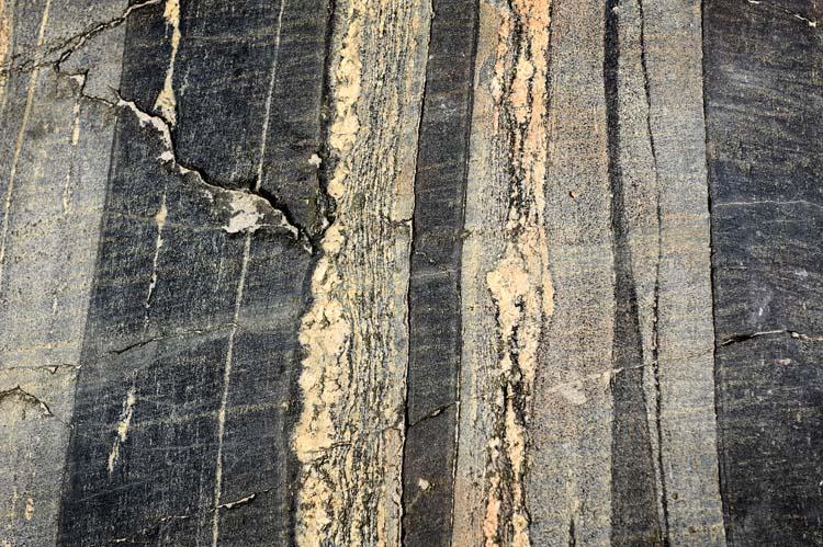 Det er mange forskjellige bergarter ved Rognstranda. Og det er en geo-park der. Hva slags bergart dette er, er jeg usikker på. Men kanskje du vet?
