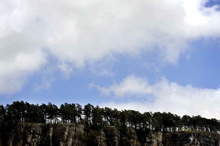 Det er høye fjellsider på østsiden av stranda og campingplassen. Det er fare for at store steineskal dette ned, og enkelte camping og hytteturister er skeptiske til å bo så tett opptil fjellveggen.