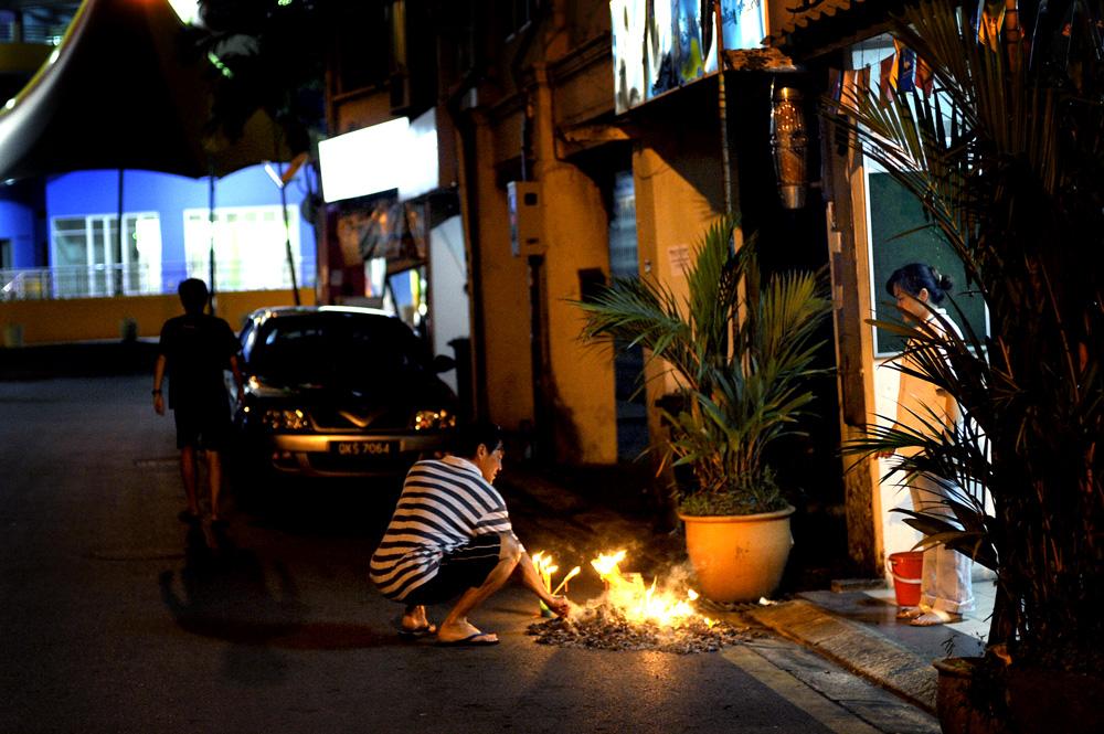 På vei til restauranten kom vi forbi et par som brant et eller annet ute i veien. Kanskje en slags ofring...?