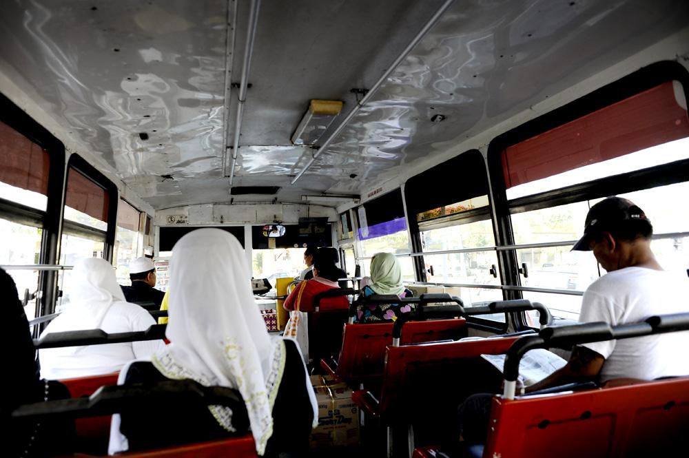 Vi tok en lokalbuss fra Kuching til Bako National Park. Det tok ca 1 time. En humpete og varm tur, men vi kom trygt frem.