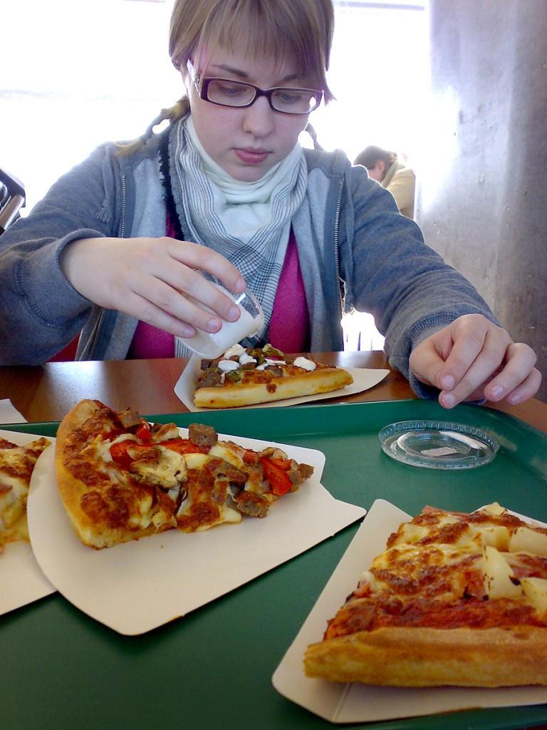 Før avreise. Litt pizza på Gardermoen er fint! 1,5 timers flytur til Amsterdam. Deretter 12 timer til KL.