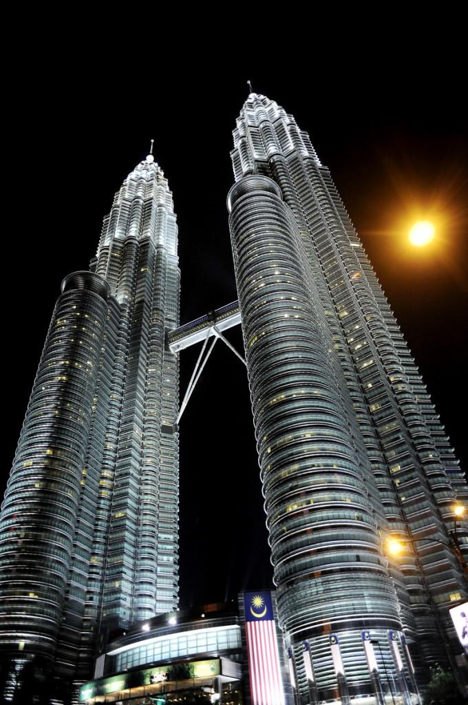 Petrona Towers. De er mektige der de ruver høyt høyt opp. Finest er de på kvelds og nattestid. Da skiller de seg ut fra resten av skyskraperne.