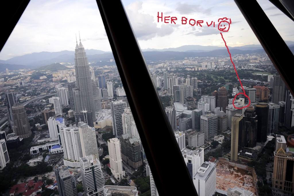 Utsikt over KL fra KL Tower. Petrona Towers ser dere til venstre. Og i ringen jeg så fint har laga ser dere hvor vi bor :-)