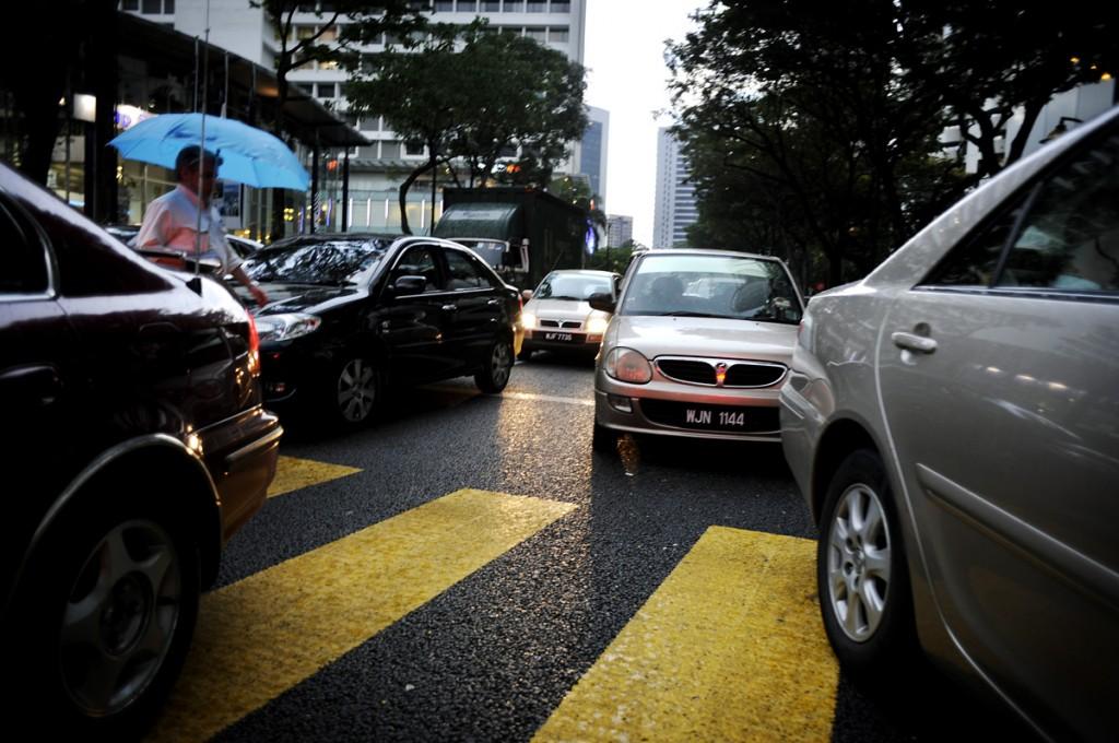 Veldig mange bile og mye trafikk. Men alt foregår i kontrollerte former. Ikke som i bangla, eller athen for den slags skyld. Så ingen fare når vi skal krysse veien. De har grønn mann som går, og løper fortere og fortere etter hvert som sekundene teller ned fra 30 til 0 sek.
