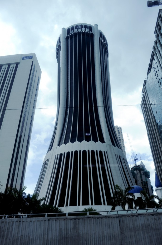 Ny og spennende arkitektur for en skyskraper. Den skiller seg hvertfall ut fra mengden, og det er bra. Hva som holder til i bygget veit jeg ikke.