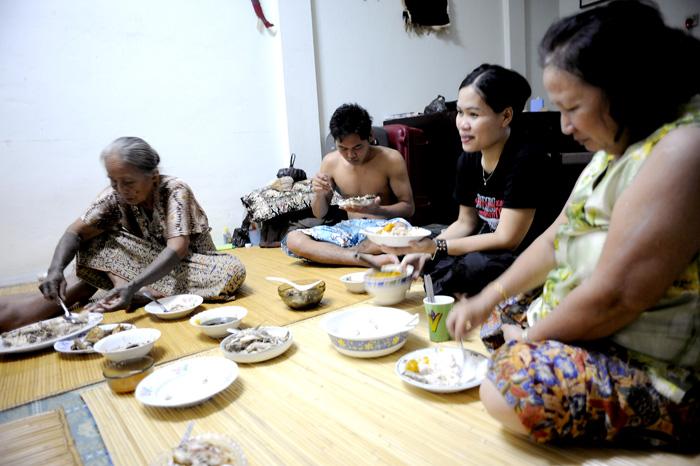 Middag i huset til Jok. Også i byen spiser man middagen fra gulvet.