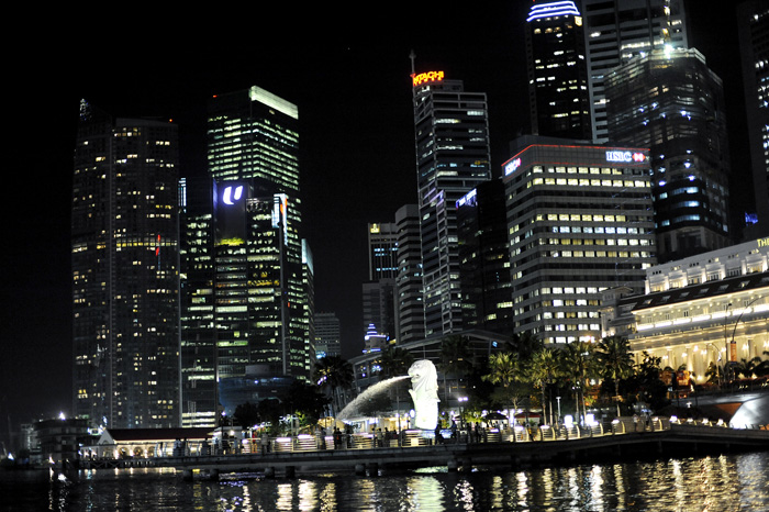 Merlion statuen. En havløve. Et kjent symbol for singapore. Singapore Skyline at night.