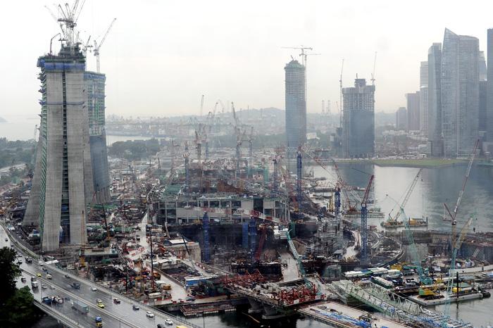 I likhet med KL er også Singapore en by under utvikling. Her bygges det nye skyskrapere ved Marina Bay.